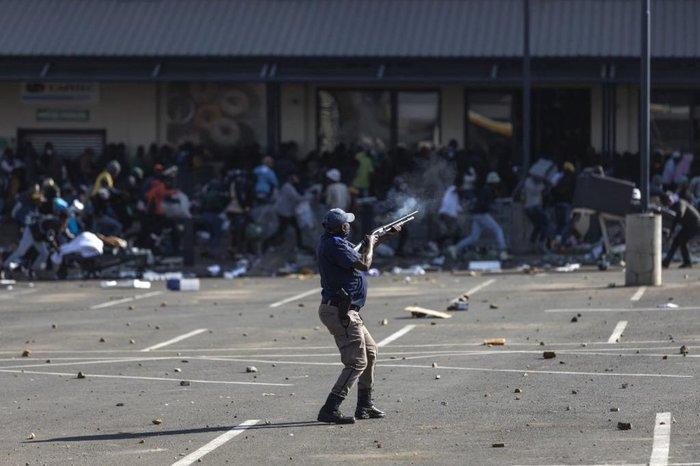 África do Sul, morre 68 pessoas em conflitos de rua.