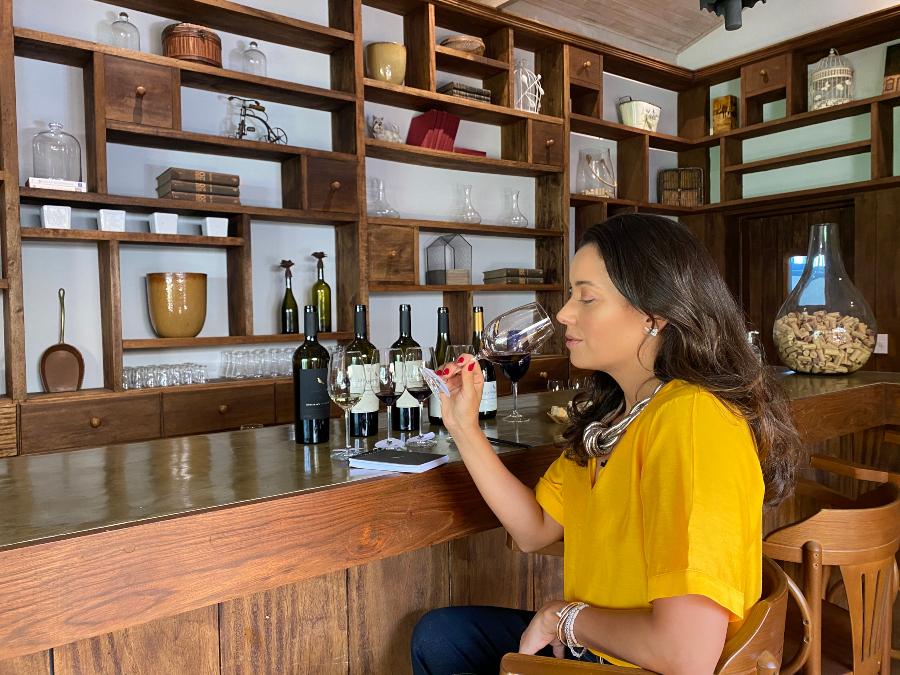 Daniela Filomeno em meio às videiras da Guaspari, renomada vinícola paulista em Espírito Santo do Pinhal