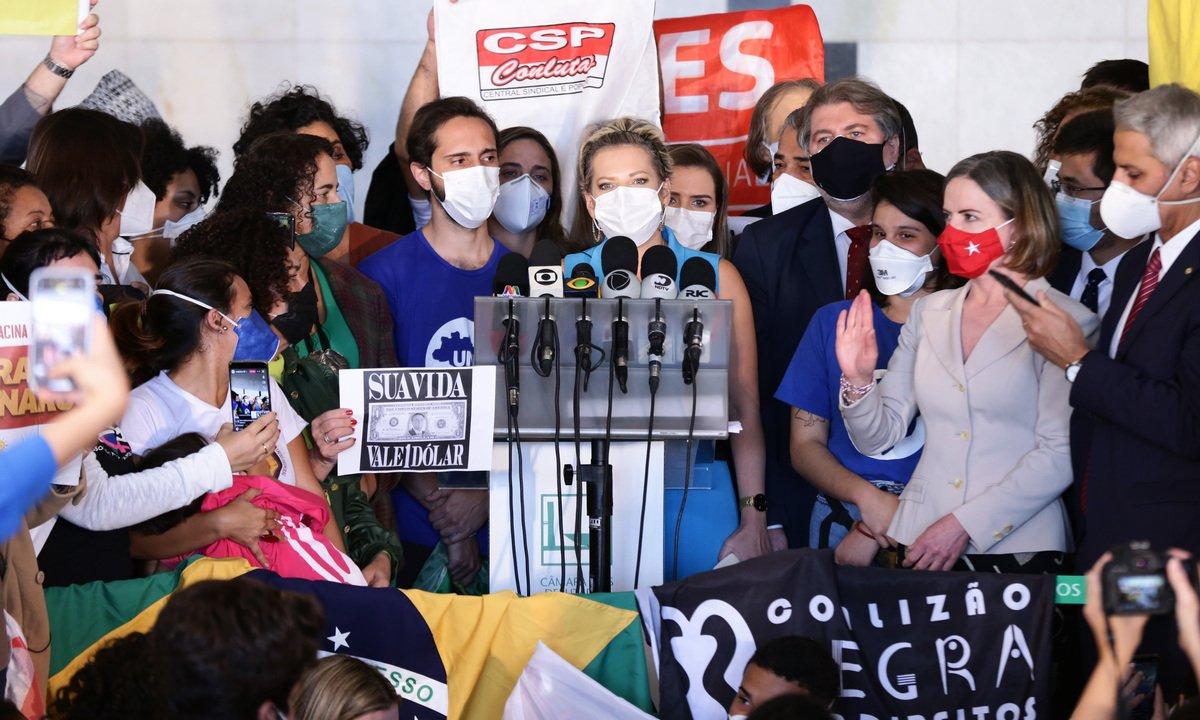 Partidos, entidades e políticos protocolam 'superpedido' de impeachment de Bolsonaro