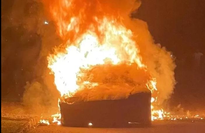Carro da Tesla de 650 mil reais e com 3 dias de uso explode com o dono dentro.