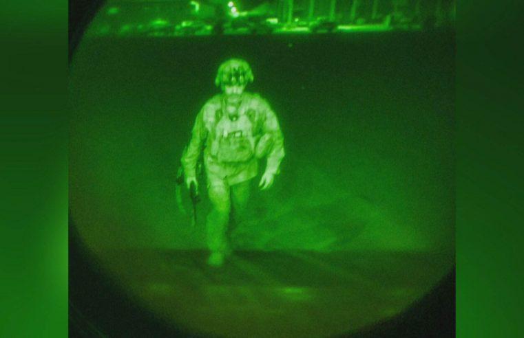 CNN: Foto mostra último militar americano deixando Cabul.