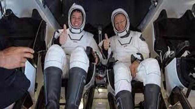 SpaceX: primeira missão espacial só com civis retorna com sucesso à Terra