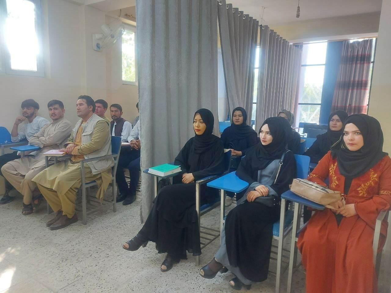 Talibã anuncia permissão para que mulheres possam estudar, mas impõe regras